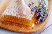 Honey comb with lavender flowers — Stock Photo