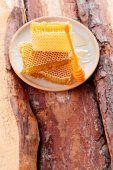 Honeycomb on plate on table — Stock Photo