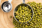 Mung fazole nad vařečka — Stock fotografie