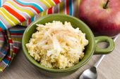 Portion of sweet millet porridge with apple and cinnamon — Stock Photo