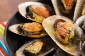 Köstliche frische Muscheln mit Kräutern — Stockfoto