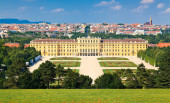 Schonbrunn Park and its beautiful palace — Stock Photo