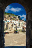 View of Cefalu through the stone arch — Stock Photo