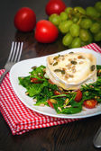 Arugula salad with baked goat's cheese — Stockfoto