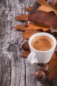 Trä bakgrund med kaffe från ekollon — Stockfoto