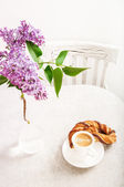 Cup of coffee and Lilac Bouquet — Stock Photo