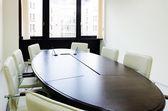 Salle de réunion vide éclairage longue table — Photo