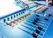 Mezclador audio de sonidos con los botones y deslizadores — Foto de Stock