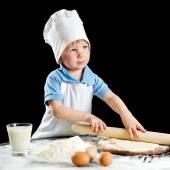 Kleine Junge Pasta oder Pizza Teig machen. Isoliert auf schwarz — Stockfoto