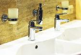 Luxusní vany a kohoutek s vodou — Stock fotografie