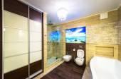 Bella e grande bagno in casa di lusso — Foto Stock