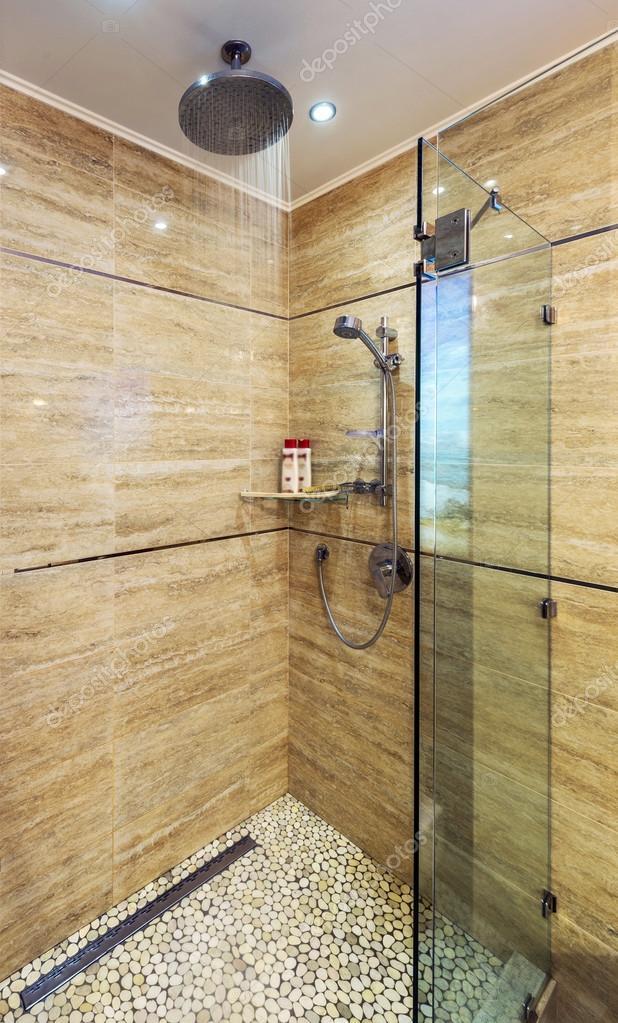 bianco e luminoso bagno con la vasca bianca, piano, vetro porta, Disegni interni