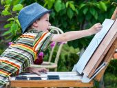 Little boy draws a picture outdoor — Stock Photo