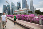 Tourists and runner on the Esplanade Drive in Singapore — Stock Photo