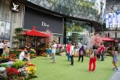 People relax at the ION Orchard in Singapore — Stockfoto