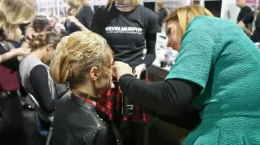Professional hairdresser doing hair to model in backstage — Стоковое видео