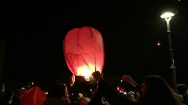 People releasing paper lanterns at night — Stock Video