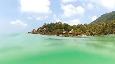水からの熱帯の島の眺め — ストックビデオ