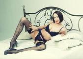 Ballerino di striptease sul letto. — Foto Stock
