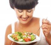 サラダを食べて幸せな女 — ストック写真