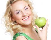Woman holding green apple — Stock Photo