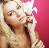 Woman with white  lily flowers — Stock Photo
