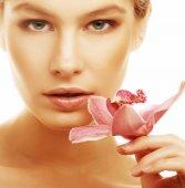 Vrouw met roze orchid — Stockfoto