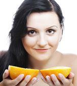Vrouw met sinaasappelen in haar handen — Stockfoto