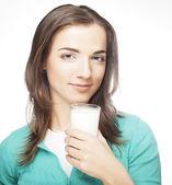 Jovencita tomando un vaso de leche — Foto de Stock