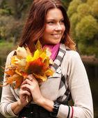Mujer que camina en el parque otoño — Foto de Stock