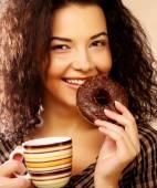 Mujer con café y galletas — Foto de Stock