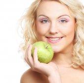 Tenencia verde manzana de mujer — Foto de Stock