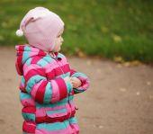 Happy kid en automne parc — Photo