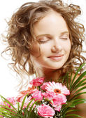 Young woman with bouquet flowers — Stock Photo