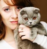 Young woman with scottish-fold cat — Stock Photo