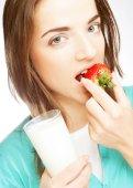 Frau mit milch und erdbeeren — Stockfoto