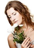 Visage de femme avec des fleurs blanches — Photo