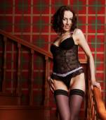 Sensuelle femme brune portant une lingerie noire sexy — Photo