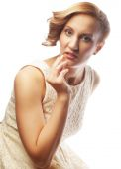 Joven rubia en vestido blanco posando — Foto de Stock