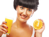 Brunette woman holding orange juice — Zdjęcie stockowe