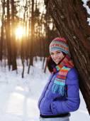 Mujer joven en winter park — Foto de Stock