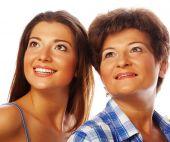 母亲和成年女儿向上看 — 图库照片