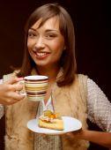 ケーキとコーヒーを持つ若い女性 — ストック写真