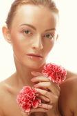 Junge glückliche Frau mit rosa Blüten — Stockfoto