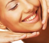 Young smiling woman with healthy skin — Stock Photo