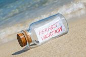 """Message in a bottle """"Perfect vacation"""" on sandy beach. Creative summer break concept. — Stock Photo"""