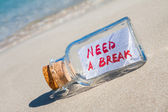 "Vacation and stress concept. Vintage bottle with text message ""need a break"" on beach — Stock Photo"