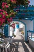 Narrow street in Santorini, Cycladic islands — Stock Photo