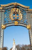 Gate with gilded ornaments in Buckingham Palace, London, UK — Stock Photo