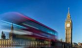 Биг-Бен и прохождение красного автобуса в Лондоне, Соединенное Королевство — Стоковое фото